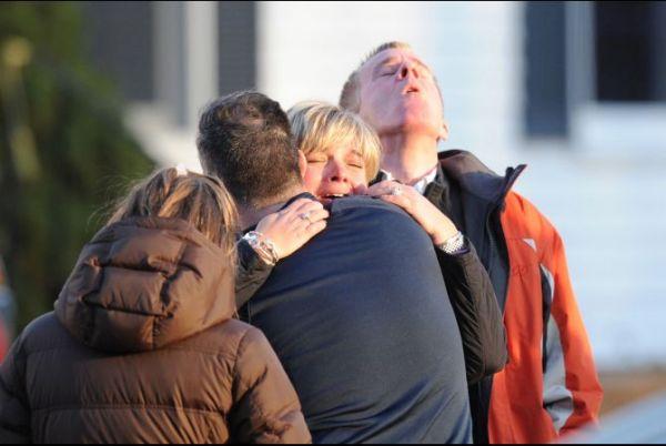 sandy_hook_shooting_grieving_2012_12-15